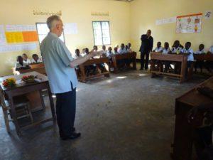 Mooie uitgeruste klassen in de lagere school van Kabinda